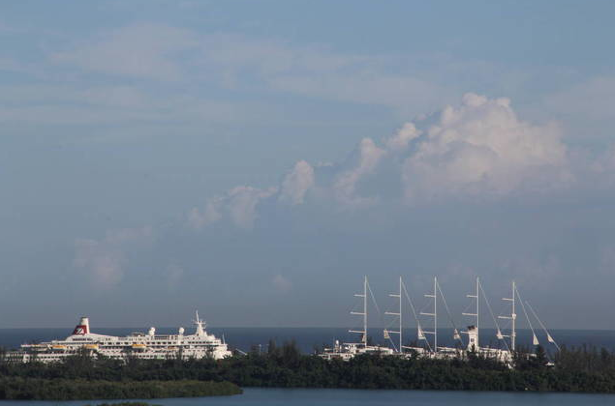 Tall and cruise ships, Jamaica