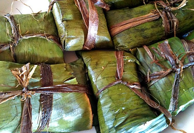 Cornmeal cooked in banana leaf to make blue drawers